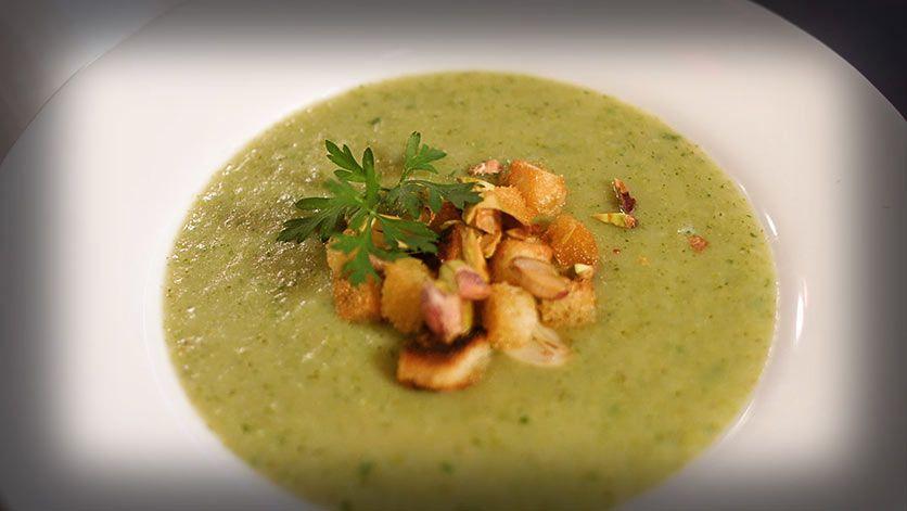 Sopa crema de brócoli pan tostado y pistachos